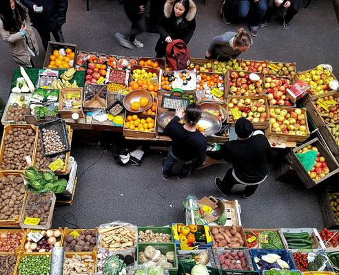 ...Blick von der Galerie auf das Zentrum des Marktes, den Obst- und Gemüsestand...