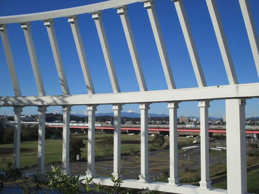 平成30年11月23日 朝 ホスピア玉川 4階バルコニーより 柵越しの富士山