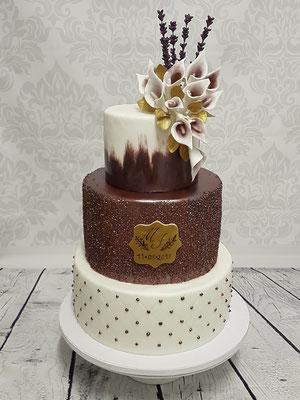 Hochzeitstorte in aubergine-lila Tönen mit modellierten Blüten