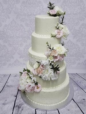 Hochzeitstorte Renates Torten Design mit weisser Schoko-Cremeglasur und echten Blüten,  ohne Fondant