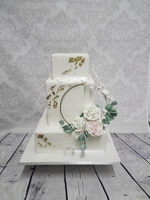 Hochzeitstorte eckig mit Blattgold und modellierten Blüten