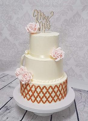 Hochzeitstorte Cremetorte mit modellierten Blüten