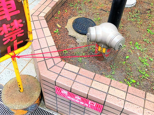 駐車禁止の看板に縛られた送水口