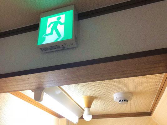 誘導灯と階段通路誘導灯