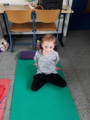Noemi im Yogasitz