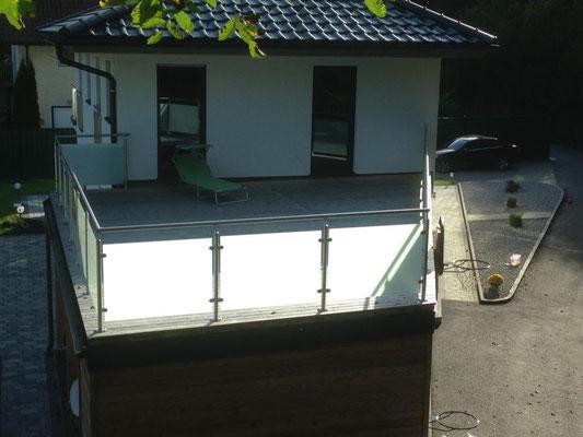 Montage: Edelstahlgeländer mit mattem Glas + Holzterrasse