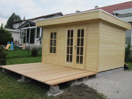Montage: Holzterrasse Lärche und Gartenhaus
