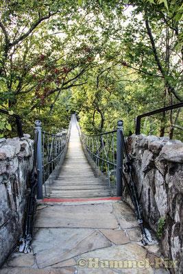 Hängebrücke im Naturpark Rock City...