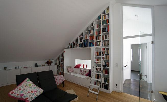 Einbau-Bücherwand (lackiert) unter der Dachschräge mit Türelement (Glas/Holzrahmen)