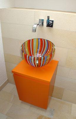 Glaswaschbecken mit lackiertem Unterschrank