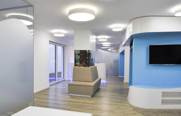 Raumteiler, gepolsterte Bank, Aquarium als Dekoration