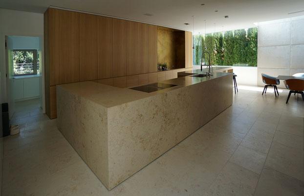 Küchenfront (Eiche furniert), Küchenblock aus Naturstein Jura Marmor