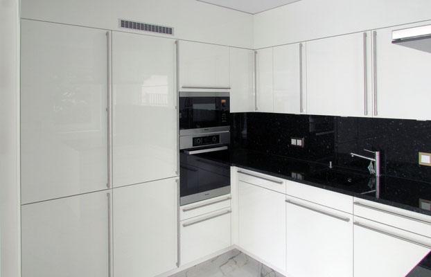 Küche k5: Fronten Hochglanz weiß, Arbeitsplatte Naturstein Nero