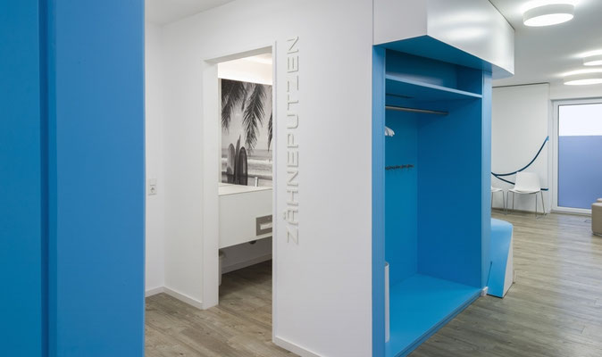 Garderobe, blau lackierte Oberfläche