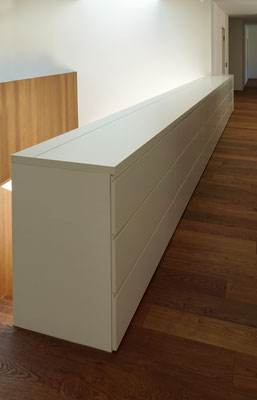 Sideboard (als Treppenbrüstung/lackiert) mit Stauraum
