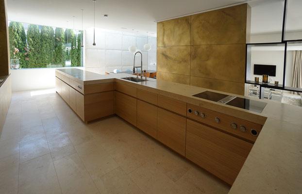 Küchenmöbel (Front Eiche furniert/Arbeitsplatte Naturstein)