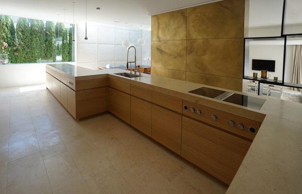 Küche k2: Front Eiche furniert, Arbeitsplatte Naturstein