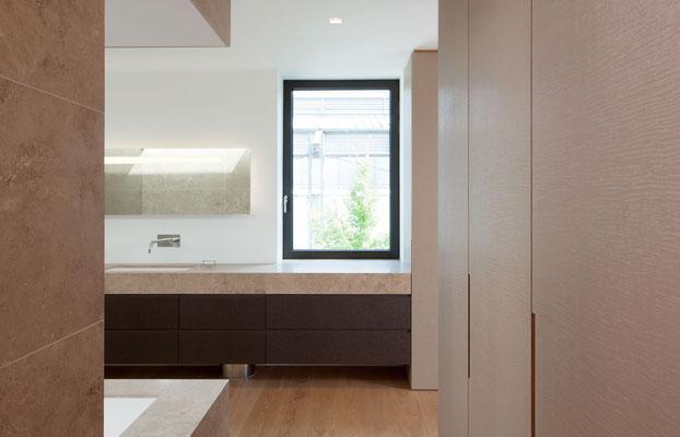 Badezimmermöbel mit geprägten Schichtstoffoberflächen und Natursteinplatten