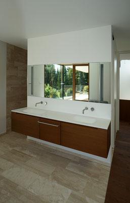 Waschtisch (Front furniert), Spiegelschrank und Ablage (Mineralwerkstoff)