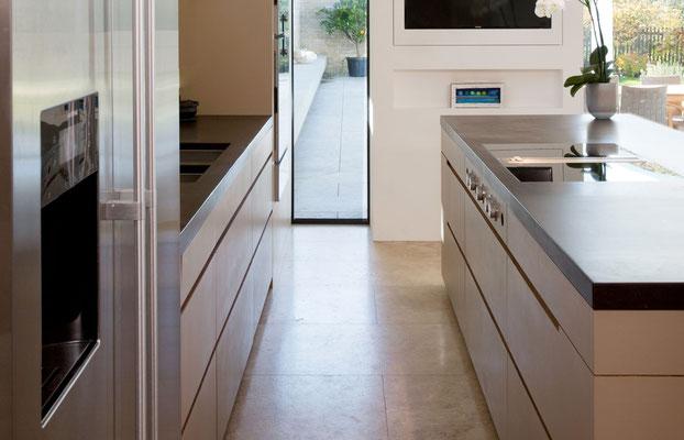 Küche mit Echtholz-Furnier mit Arbeitsplatte aus Naturschiefer