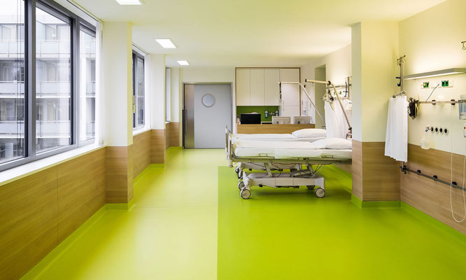 Patientenraum aus beschichteten Platten in Holzoptik