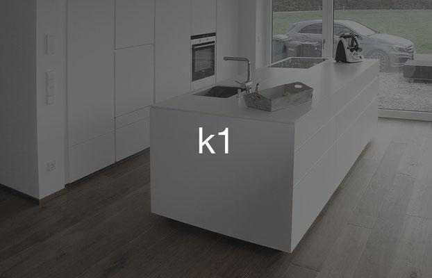 Küche k1: Front lackiert, Arbeitsplatte Mineralwerkstoff