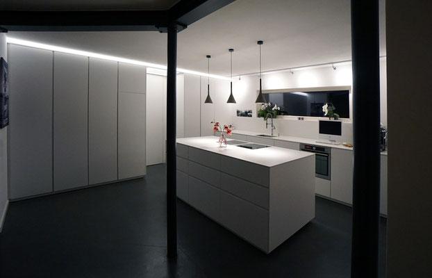 Küche k4: Front weiß lackiert, Arbeitsplatte Mineralwerkstoff weiß
