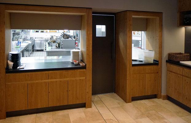 Durchreiche Küche mit Naturstein Arbeitsplatte und Asteiche