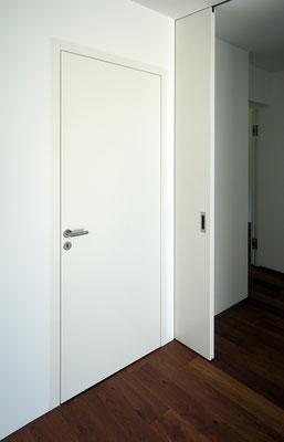Flächenbündige Zimmertür (lackiert) mit angrenzender Schiebetürelement