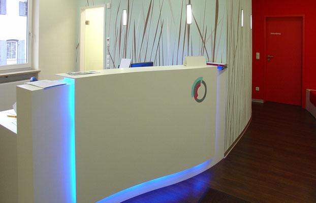 Theke mit integriertem blauen Licht