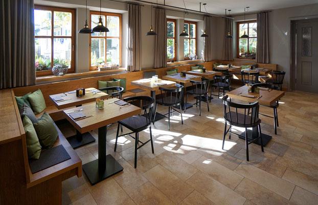 Restauranttische und Bankanlage aus Asteiche