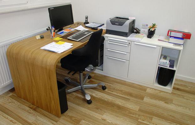 Ärztehaus Bruchsal: Schreibtisch, Eiche Furnier, formverleimt, beschichtete Spanplatte, weiß