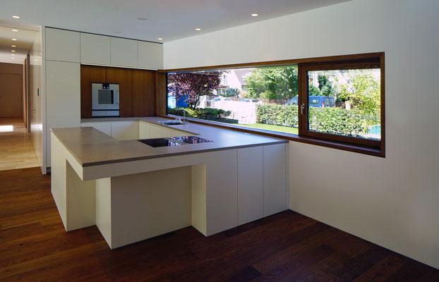 Küche: Fronten lackiert und furniert, Arbeitsplatte aus Naturstein
