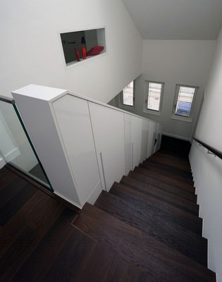 Detail Schrankelemente und Treppenbelag aus Massivholz