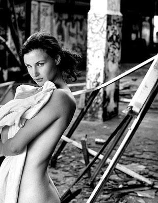 Akt Fotoshooting mit erotischen Fotos in einer Fabrik in Hannover
