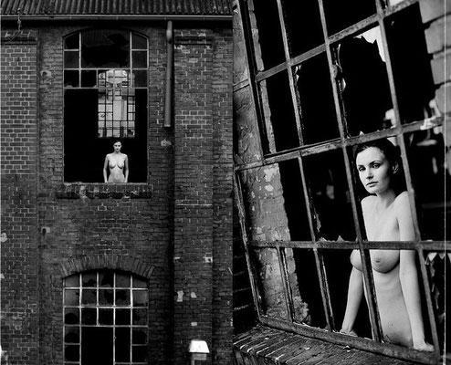 Fotograf fotografiert Aktfotos in einer verlassenen Fabrik