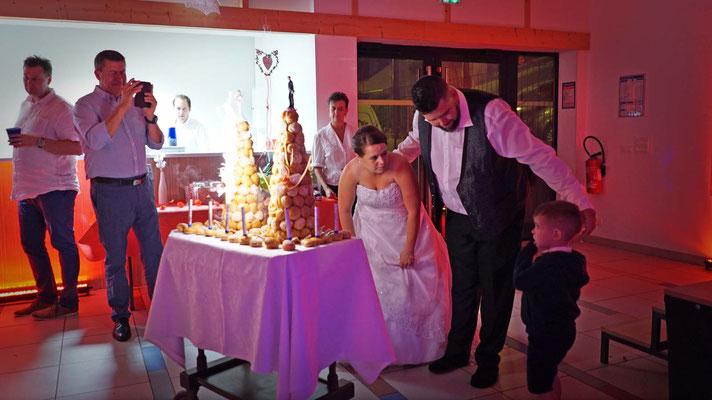 Arrivée du gâteau des mariés