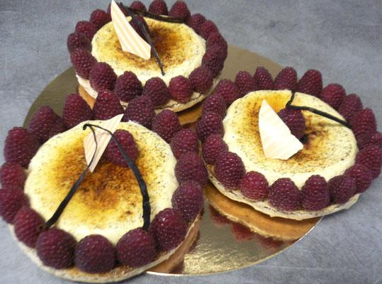 Crème brûlée, macaron et framboises
