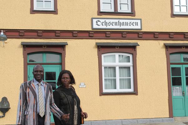 Josué und Aline vor dem Öchsle-Bahnhof Ochesnhausen