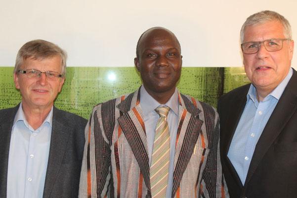 Ein Gruppenbild Bürgermeister Heine, Josue Ouoba und Bürgermeister Denzel