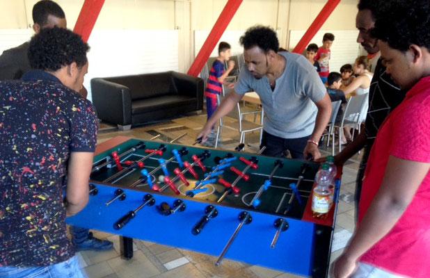 und Spaß haben wie hier die Eritreaer beim Tischfußball