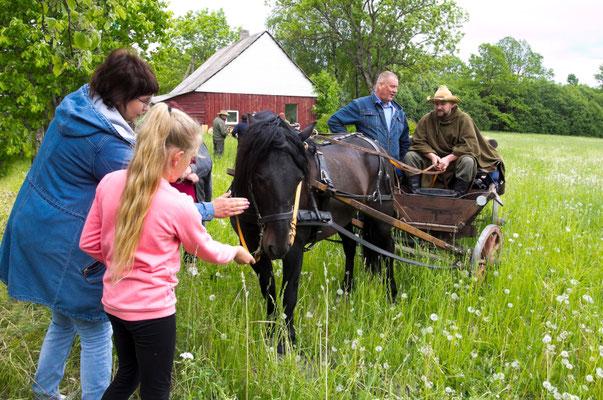 Kelionė užtrunka, pasisukusi į kaimo medžiotojų šventę/ Foto: Kristina Stalnionytė