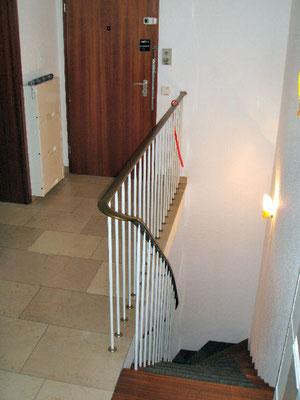 玄関付近、下の階に行く階段