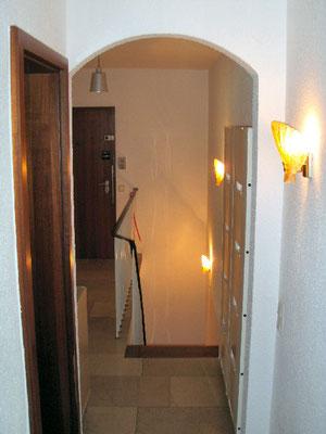 廊下の奥から玄関を見た様子