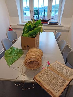 Oktober 2020 – Die Tabakblätter des Flensburger Schifffahrtsmuseums sind soweit und alles liegt für den nächsten Schritt bereit.