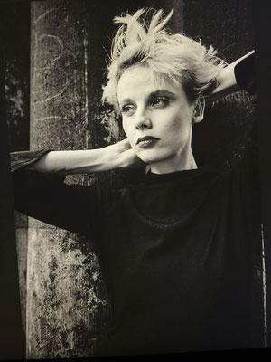 schwarz-weißes Porträt einer Frau aus der Serie Women in Town