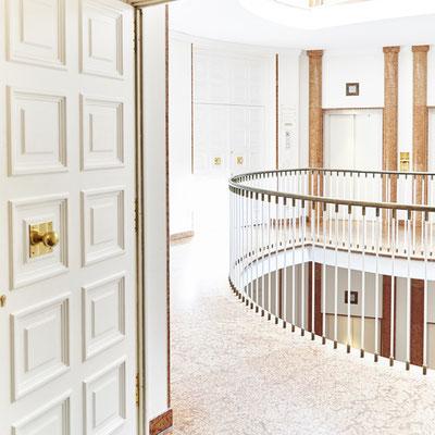 Interiorfotografie Ausblick durch Tür ins Treppenhaus