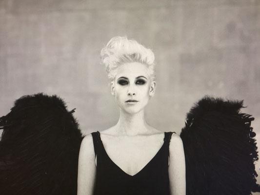 schwarz-weiß Porträt einer Frau aus der Serie Women in Town
