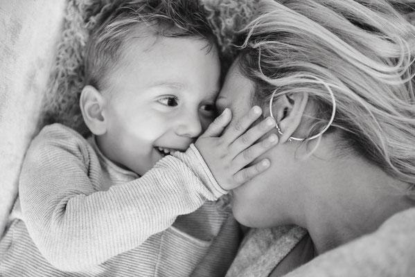 Schwarz-weiß-Porträt Mutter mit Kind