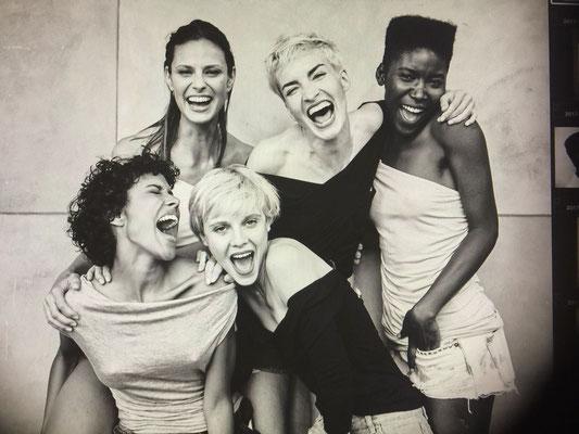 schwarz-weißes Porträt mehrerer Frauen aus der Serie Women in Town